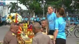 Repeat youtube video Thai Crown Prince Maha Vajiralongkorn leads 'Bike for Mom' ride