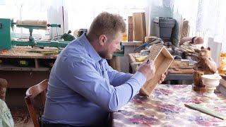 Почти 30 лет создает разнообразные скульптуры из дерева житель Тамбовской области