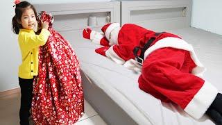 산타할아버지 대신 선물을 나눠줬어요!! 서은이의 크리스마스 선물 배고픈 산타 할아버지 숨바꼭질 놀이 Merry Christmas Gift