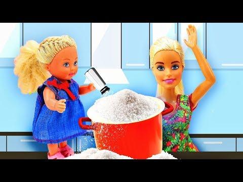 Барби готовит, а Штеффи испортила продукты! Видео с куклами - Готовим вместе
