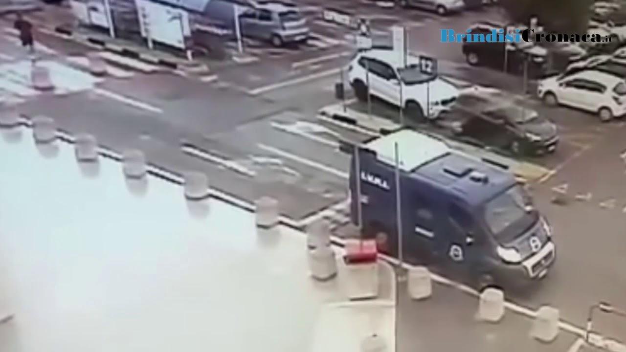 77b7a633608749 Taranto, rapina all'Auchan, vigilantes bloccano i banditi. Arrestati 2  brindisini, uno è minorenne – Brindisi Cronaca.it