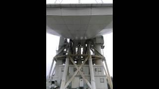 45m電波望遠鏡のパラボラアンテナが角度を変える状態を撮影したものです。