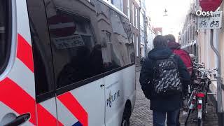 Demonstranten in Zwolle mee met politie na confrontatie met voetbalhooligans