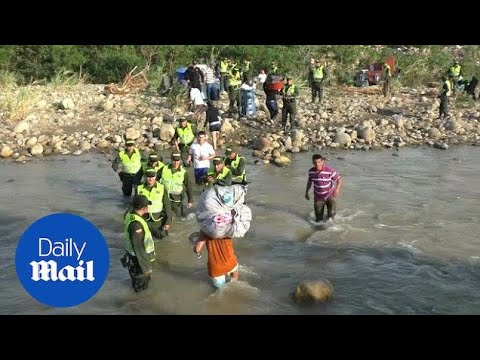 Thousands of Colombians carry belongs across Venezuelan border - Daily Mail