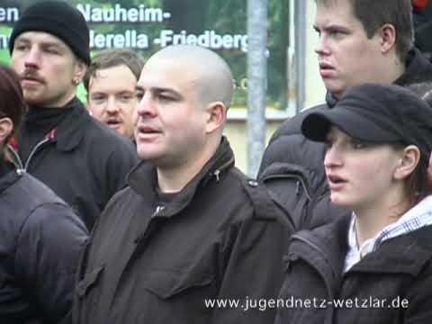 Naziaufmarsch in Friedberg: NPD Funktionäre singen ein Lied der Hitlerjugend