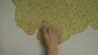 видео Нанесение жидких обоев на потолок: особенности отделки