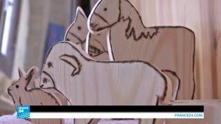 المرأة الفلسطينية: نساء الأحياء المهمشة يصنعن الدمى الخشبية