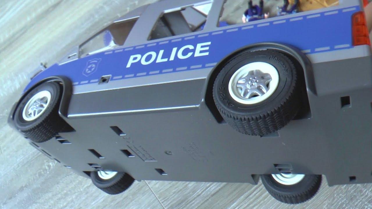 Сеня играет в полицейскую машину которую собрала Мама из нового набора игрушек