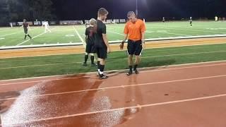 Школьная команда США Jack играет в футбол