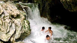 Seru!! Anak-Anak Mandi Di Sungai Alami Belakang Rumah