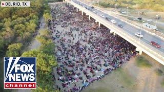 10,000 migrants waiting to cross border