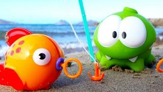 Ам Ням. Пригоди іграшок - Іграшки на пляжі. Відео для дітей.