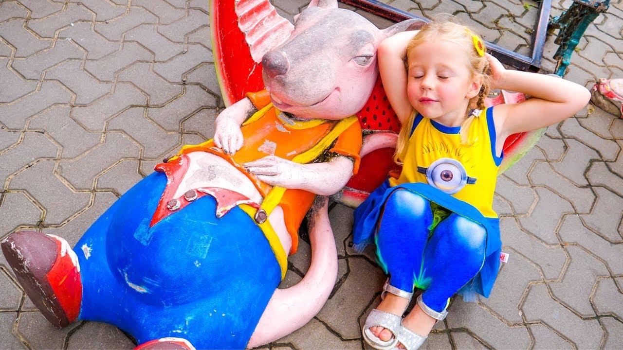 وقت اللعب المضحك في متنزه التسلية للأطفال