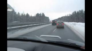 Управление автомобилем в зимнее время на заснеженной дороге.