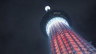 東京スカイツリー(東京都墨田区)で8日、クリスマスのライトアップが...