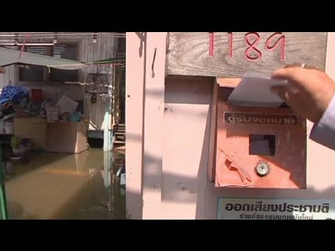 Bangkok postman continues to deliver mail despite flooding - no comment