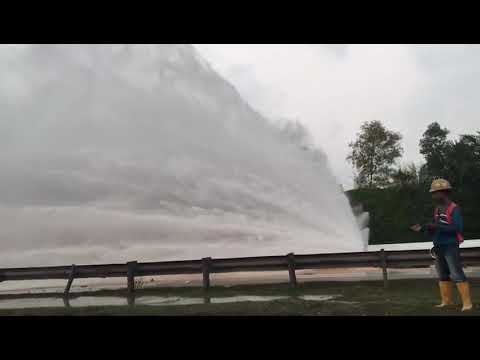 Large Pipe Burst In Pasir Gudang Highway