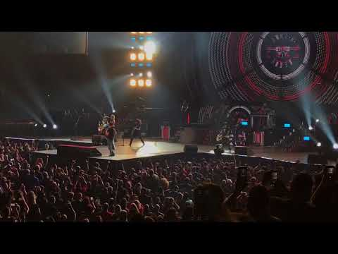 "Guns N' Roses with Dave Grohl – ""Paradise City"" 11/14/17"
