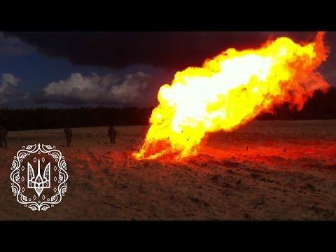 Десантники спалюють залишки артилерійського пороху на полігоні ЗСУ. Житомирська область
