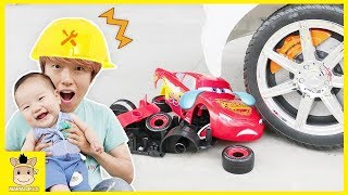 Be careful McQueen! Disney Cars 3 Lightning McQueen Tayo the Little Bus toy play | MariAndKids Toys