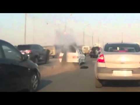Car Explodes on highway beacause of a gas leak