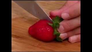видео как украсить торт клубникой