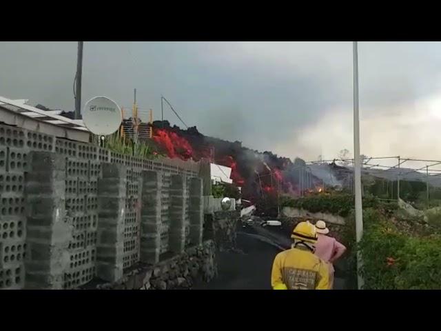 La Lava sigue dejando destrozos por allá donde pasa en la catástrofe que vive La Palma