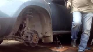 Рено Дастер замена передних тормозных колодок Nonstop, аккумулятор и брызговики