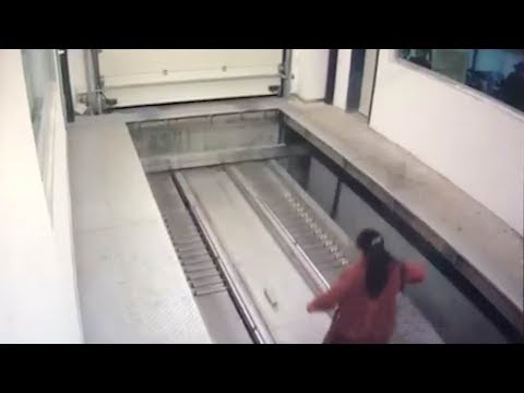 mujer despistada entra a un garage automatico y la atropellan