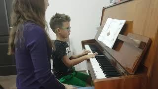 Ростислав берет уроки игры на фортепиано