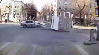 Автозак на скорости задевает такси и переворачивается на бок