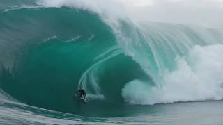 Gambar cover The Right Just Went Huge and Here's Jake Osman's Wave of the Day | SURFER Magazine