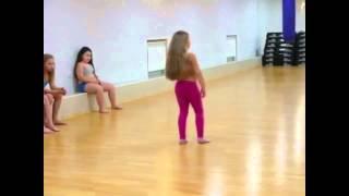 Девочка танцует Арабский Танец очень красиво - всем кто не видел посомтрите очень красиво