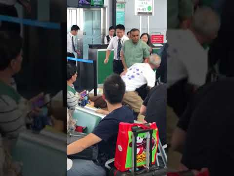 Two men brawling at Guangzhou Baiyun International Airport