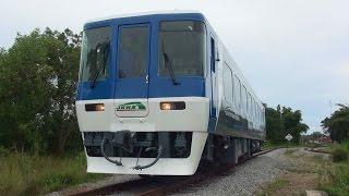 Kinarut車両基地の前をゆっくりと走行する、サバ州立鉄道の元名鉄キハ85...