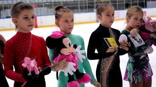 Александра Трусова передала подарки ученикам своего первого тренера