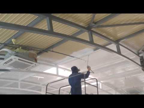 покраска потолка краскопультом видео