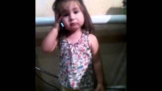 Маленькая девочка звонит маме