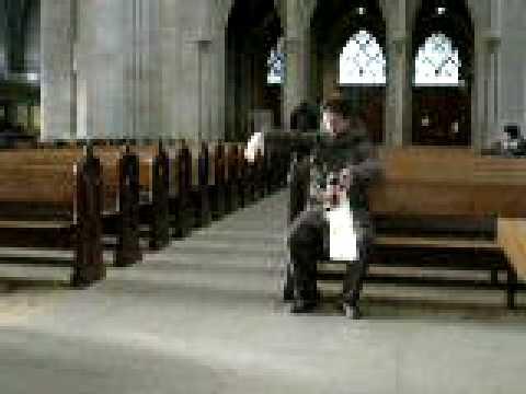 BERN, suisse dec2008: organiste avant-gardiste en total free style!