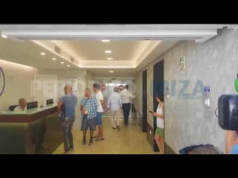 Enrique Cerezo a su llegada a la clínica ( Ángel Nieto)