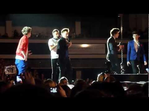 Niall singing Michael Bublé - Twitter Questions (Cardiff 01/03/2013)