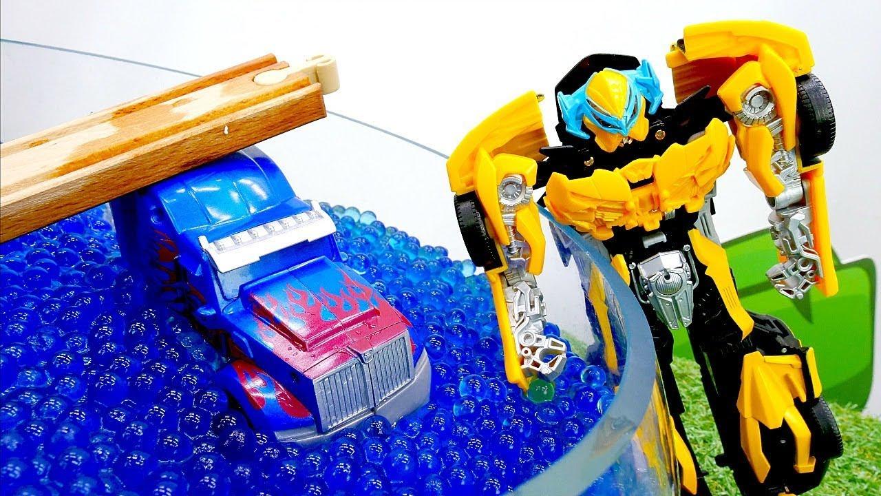 Игры с Трансформерами - Оптимус упал в озеро! - Видео про машинки.