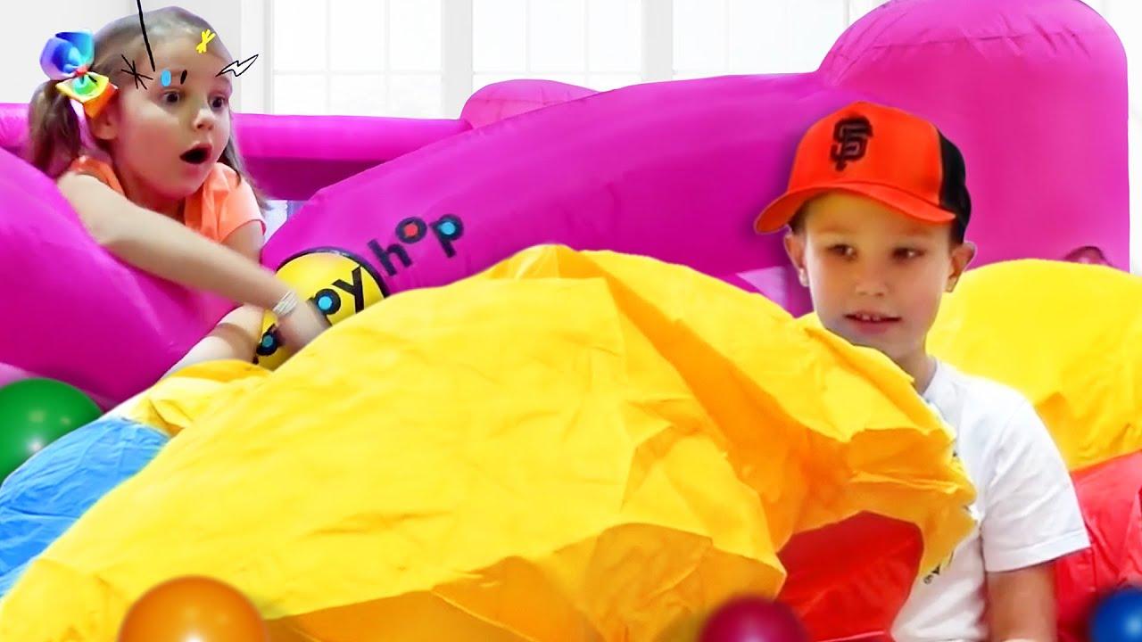 Макс и Катя надули огромные надувные игрушки в доме