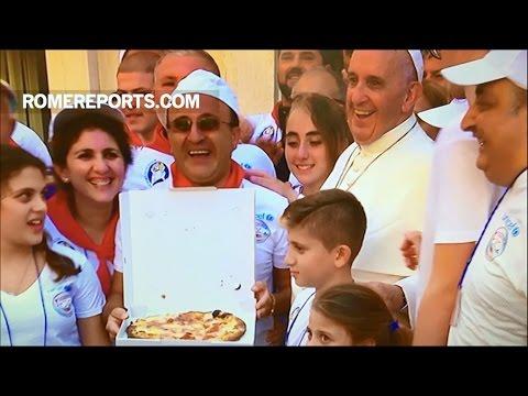 Đức Giáo Hoàng mời 1.500 người nghèo ăn pizza tại Vatican sau lễ phong thánh của Mẹ Têrêsa