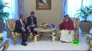 لحظة لقاء الملك البحريني حمد بن عيسى آل خليفة مع وزير الخارجية الروسي في أبوظبي