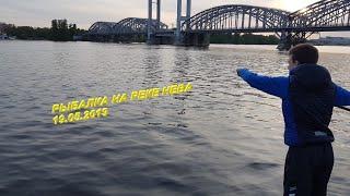 Вечерняя рыбалка на реке Нева около Финляндского моста