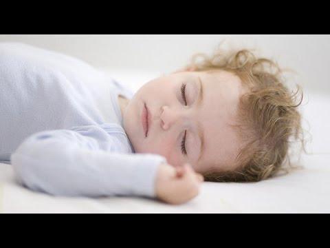 bebé que se despierta por la noche para comer