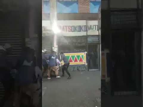 Violent gang mugging & robbery in broad daylight in Johannesburg CBD in South Africa