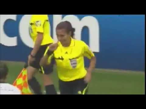 يجب منع النساء من لعب كرة القدم بعد هذه الحركة !