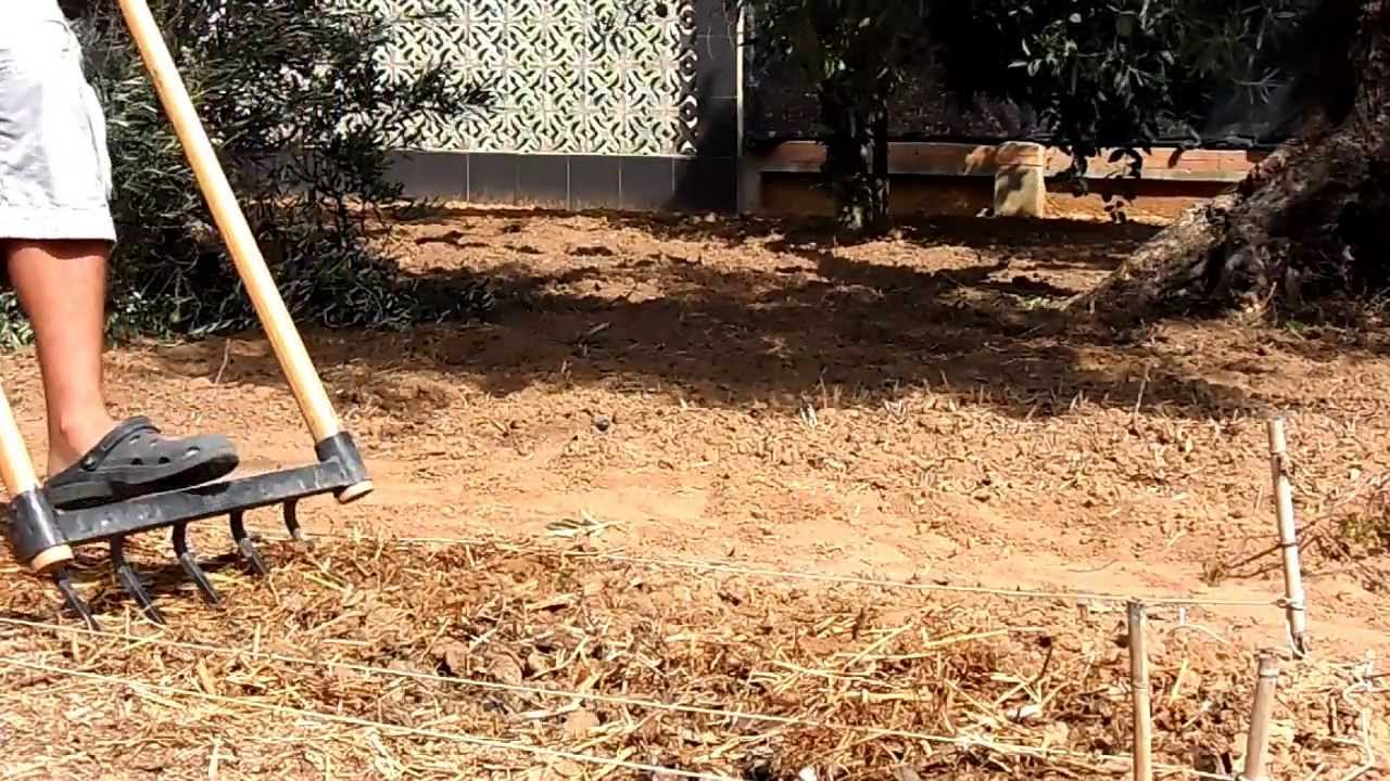 Demostración con Horca de Doble Mango en la Huerta El Piperrak - YouTube 447e4b60471c